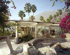 The Burgess House designed by Albert Frey in Palm Springs. See 7 beautiful mid-century houses and their sculptural ceilings clicking on the image.