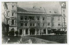Pôvodný dom na Hlavnom námestí 5.Vľavo sa nachádza banka: Theodor Edl – bankový a zmenárenský obchod. Vpravo je obchod s metrovým textilom – Edlov nasledovník – U bielej holubice. Na Hlavnom námestí sa ešte nenachádzala zeleň a park. Bratislava, Banks, Louvre, Building, Travel, Viajes, Buildings, Destinations, Traveling