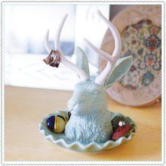 Le Jackalope est un animal imaginaire du folklore américain. Il fallait bien le mélange d'un lièvre et d'une antilope pour porter tous vos bijoux !Porte bijoux Jackalope en céramiqueDimensions : 21,9 x 15 cmImporté du Canada. Design by Imm Living.