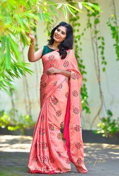 New Designer Saree Simple Sarees, Trendy Sarees, Fancy Sarees, Saree Blouse Neck Designs, Fancy Blouse Designs, Blouse Patterns, Indian Silk Sarees, Indian Beauty Saree, Saree Painting Designs