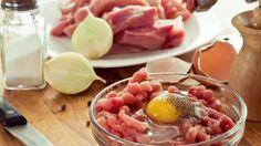 Ak chcete z mletého mäsa pripraviť šťavnatejšie karbonátky, do mäsa pridajte nastrúhané varené mrkvy alebo jeden surový zemiak, či dve cukety. Meat, Vegetables, Food, Essen, Vegetable Recipes, Meals, Yemek, Veggies, Eten