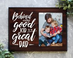 Behind Every Good Kid is a Great Dad gift for dad picture frame alternative holder Dad Pictures, Fathers Day Pictures, Daddy Gifts, Gifts For Dad, Diy Signs, Wood Signs, Pallet Signs, Pallet Wall Decor, Daddy Day