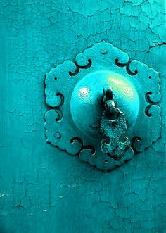 Un bleu turquoise Tiffany Blue, Azul Tiffany, Knobs And Knockers, Door Knobs, Door Handles, Bleu Turquoise, Aqua Blue, Shades Of Turquoise, Shades Of Blue