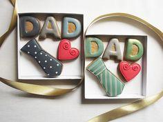 Una caja de regalo de galletas divertidas, peculiares a su papá para el día de las padres. La caja contiene 5 galletas de jengibre recién horneadas: La palabra papá (3 cm cada letra) un empate (7 cm) un corazón rojo pequeño (3 cm) El come galletas es una bonita caja blanca con una