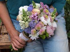 Ramo de novia con santinis, rosas, peonía, estatice y dragonaria.