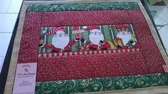 Jogo Americano c/ tema de natal. Feito com tecidos de algodão, e estruturado com manta resinada.