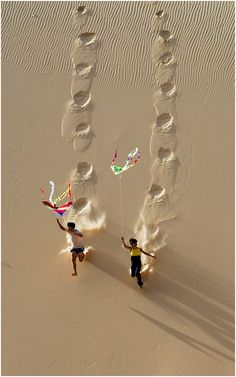 Kite flying on Hoa Thang sand dune in Binh Thuan, Vietnam photo: LyLong on TrekEarth Go Fly A Kite, Kite Flying, Foto Poster, We Are The World, Jolie Photo, Simple Pleasures, Vietnam, Cool Photos, Art Photography