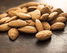 AMANDELEN. De amandel is het zaad van de amandelboom. Rijk aan vitamines en mineralen en zijn goed voor het hart, de hersenen en de spijsvertering.