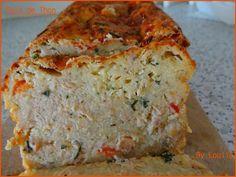 pain de thon Les ingrédients pour un moule a cake de 26 cm : 3 oeufs 75g de farine 1 C à C de levure chimique 5cl d'huile 5cl de crème liquide (15% pour moi) 20 cl de lait (1/2 écrémé pour moi) 280g de thon au naturel (poids égoutté, soit 2 boite normales) 100g de gruyère ou comté rapé 3 échalottes Herbes fraiches et/ou dehydratés au gout (1/2 bouquet de ciboulette + aneth dehydraté a l'oeuil pour moi) Une quinzainede tomates cerise (facultatif, surtout pour la couleur)