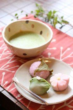 Japanese Wagashi Cake and Matcha Green Tea 春の和菓子