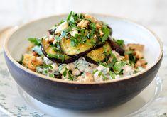 Cremet kikærtesalat med aubergine, ristede valnødder og tahin-yoghurt-dressing — Sesam, Sesam A Food, Food And Drink, Savory Salads, Vegan Vegetarian, Risotto, Veggies, Healthy Recipes, Healthy Meals, Favorite Recipes
