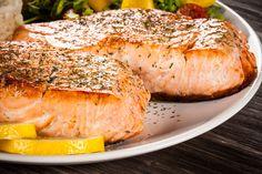 Ce saumon est cuit au four en même temps que les tomates, les pommes de terre et l'aubergine. Une recette goûteuse, savoureuse et riche en bienfaits santé! Chicken Pasta, Salmon, Pork, Turkey, Healthy Recipes, Meat, Readers Digest, Service, Blog