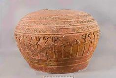 Tinaja de cerámica a torno con decoración geométrica y arquitectónica estampillada. Alcazaba de Málaga. Periodos almohade-nazarí, siglos XIII-XIV d.C.