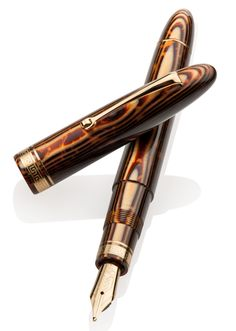 Omas Ogiva Vintage Arco Brown Celluloid GT Nib - Just a beautiful pen. Omas Fountain Pen, Fountain Pen Drawing, High Quality Pens, Pen Collection, Pen Turning, Wood Turning, Dip Pen, Pen And Paper, Writing Instruments