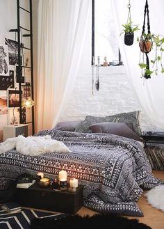 idée comment fabriquer une tete de lit, rideau blanc et plantes vertes suspendus, lit au sol et linge de lit noir et blanc, motif azteque, decoration murale de photos