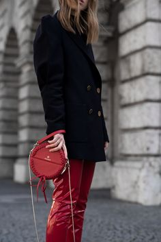 More on www.offwhiteswan.com Statement blazer by zara, Schulterpolster, Rote Vinyl Hose by Topshop, Red Vinyl Pants, Aigner Tonda Bag rot, red bag trend, Adidas NMD black, Skinny Jeans, Streetstyle, layering, spring, summer, ootd, look of the day, Fashionblog München, Modeblog München #swantjesoemmer #offwhiteswan
