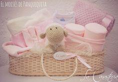 El Moisés de Panquequitaes una hermosa gift basket para bebé con una selección tierna de ropita y frazadas para recién nacida con panqueca, nuestra tierna ovejita tejida a mano. $1,100 Pesos PARA …