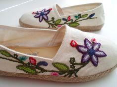 alpargatas bordadas a mano ile ilgili görsel sonucu Lace Beadwork, Espadrilles, Batik Kebaya, Boho Shoes, Felt Embroidery, Sewing Art, Embroidered Clothes, Painted Shoes, Cutwork