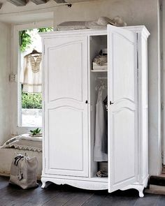 My Paradissi: Small closet organizing tips Small Closet Organization, Closet Storage, Organization Hacks, Organizing Tips, Closet Hacks, Ikea Closet, Tiny Closet, Small Closets, Bathroom Linen Closet