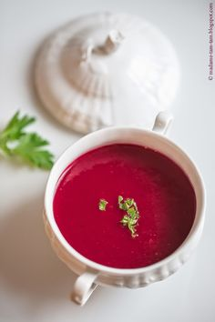 Winter will be … bordeaux! … with beetroot chips and soup! Also flec … - Suppe Bordeaux, Heart Beet, Beetroot, Winter, Good Food, Chips, Fresh, Eat, Tableware