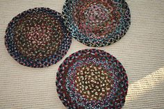 Braided mats using leftover worms from rug hooking, but I'm using wool strips. Craft Punches, Braided Rugs, Penny Rugs, Primitive Crafts, Wool Applique, Mug Rugs, Punch Needle, Rug Hooking, Craft Patterns