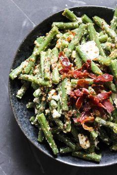Opskrift på bønnesalat med sennepsdressing. Bønnesalat er hurtigt, sundt og lækkert grønt tilbehør.