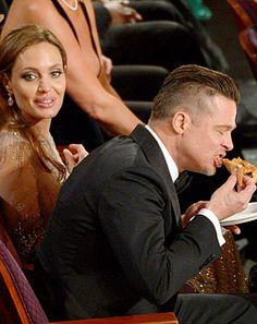 Angelina Jolie and Brad Pitt at the Oscars. Brad Pitt is enjoying his pizza! Jennifer Lawrence, Jennifer Aniston, Vivienne Marcheline Jolie Pitt, Ellen Degeneres, Brad And Angie, Brad Pitt And Angelina Jolie, Angelina Joile, Steve Mcqueen, Oscars Pizza