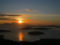 Salida del sol en la bahía de Nidri. Las islas inhabitadas de la bahía configuran una estampa de postal y bien merecen acercarse en bote y pasear por ellas o nadar en las aguas cristalinas que las rodean.