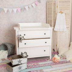 Fais de ta commode IKEA une table à langer parfaite ! Plan à langer de fabrication artisanale, en blanc, adapté à tous les commodes Hemnes/ Hurdal d'IKEA avec une profondeur 50 à 51 cm. Détails: •...
