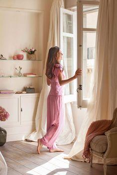 mujer-abriendo-ventana-del-dormitorio 00366214. Ventila las habitaciones