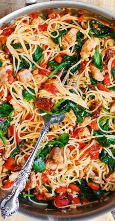 Tomato Spinach Chicken Pasta – this dinner recipe features pasta, fresh tomatoes, sun-dried tomatoes, fresh basil, spina Chicken Spinach Pasta, Chicken Pasta Recipes, Shrimp Pasta, Vegetable Pasta Recipes, Tomato Basil Pasta, Healthy Chicken Pasta, Recipe Pasta, Chicken Spaghetti, Penne Pasta