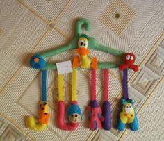 Percha forrada y adornada con diferentes motivos y nombre, todo realizado en fieltro de colores, personaliza la tuya, adecuada para decorar una zona infantil.