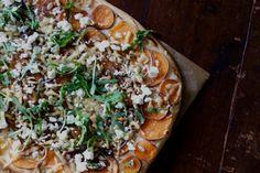 Efter att ha gjort den här pizzan (som för övrigt har fått så sjukt mycket fint på olika håll och kanter, TACK för era härliga ord!) var jag ju bara tvungen att testa att använda sötpotatis iställe…