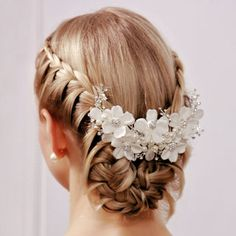 Exquisite collection of gorgeous wedding hair accessories and bridal hair accessories including combs, tiaras, clips and headbands that provide the finishing touch for your wedding Hair Down Hairstyles, Braided Hairstyles, Wedding Hairstyles, Bridal Hairstyle, Braided Updo, Hair Design For Wedding, Hair Wedding, Wedding Veils, Wedding Dresses