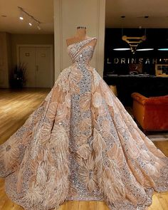 Na obrázku môže byť: jedna osoba alebo viacerí ľudia a interiér Ball gowns Couture Dresses, Bridal Dresses, Wedding Gowns, Fashion Dresses, Prom Dresses, Formal Dresses, Summer Dresses, Casual Dresses, Wedding Outfits