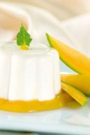 Mousse de coco con salsa de mango