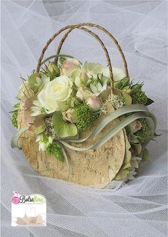 bloemstuk in vorm van een handtas met berkenschors en bloemen