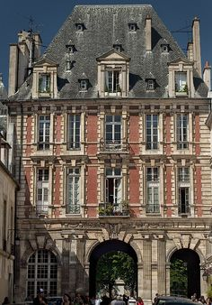 Built at the expense of the crown, King Henry the 4th never lived at the Pavillon du Roi, Paris.  It was rented from 1666 and sold in 1799.**.