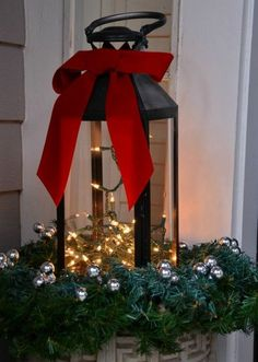Picture Of cool christmas lanterns decor ideas for outdoors 6 Noel Christmas, Outdoor Christmas Decorations, Winter Christmas, Christmas Lights, Christmas Wreaths, Christmas Crafts, Outdoor Decor, Victorian Christmas, Country Christmas