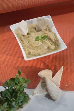 Devos Lemmens | Houmous maison Ingrédients 200 g de pois chiches en boîte 1 c. à café d'huile de sésame 1 c. à soupe de sauce à l'ail D&L 1 c. à café de sauce Samouraï D&L 1 c. à café de sauce Américaine D&L 50 ml d'huile d'olive 1/2 c. à café de sel 15 feuilles de coriandre Sauce Americaine, C'est Bon, Dairy, Cheese, Food, Hummus, Coriander Leaves, Chickpeas, Olive Oil