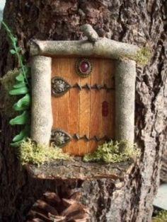 hoe leuk is dat, een elfen deurtje in je boom