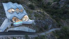 In Granada, Spain is an unusual Cliff House with zinc roof by GilBartolomé Architects with a cantilevered pool facing the Mediterranean Sea. Haus Am Hang, Zinc Roof, Cliff House, New Architecture, Contemporary Architecture, Unusual Homes, Mediterranean Homes, Mediterranean Mirrors, Mountain Homes