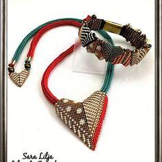 #armband #smycken #pärlor #delicabeads #peyotestitch #handgjordasmycken #handgjort #bracelets #bracelet #jewelry #handmade #beads #miyukibeads #miyuki #seedbeads #musthave #doityourself#handmadejewelry #necklace #pendant #halsband #hänge #smyckeset #chenillestitch #heart Pattern Mikki Ferrugiaro.