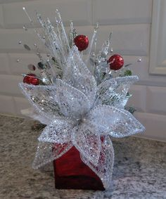 Red white and silver glitter : Red white and silver glitter Christmas Flower Arrangements, Silver Christmas Decorations, Christmas Lanterns, Christmas Flowers, Christmas Centerpieces, Simple Christmas, Christmas Wreaths, Christmas Ornaments, White Christmas