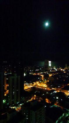 Ontem a lua cheia foi protagonista no céu da cidade.