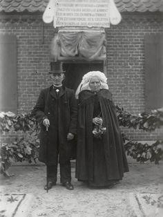 Echtpaar in streekdracht uit Waalre. Beide zijn gekleed in kerkdracht vanwege 50-jarig huwelijksfeest. 1916 #Noord-Brabant