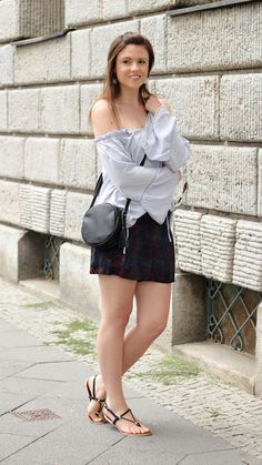 Off Shoulder Blouse | Shorts | Sommeroutfit | summer outfit | Fashionblogger | sandals | show me your legs | streetstyle | Streetfashion | Modeblog | Justmyself | smile | hair | brunette | brown hair | smiling | happy  | girl