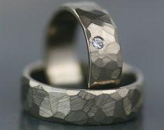 Uit mijn zand en steen collectie. Extra bruiloft stukjes hier bekijken: http://www.etsy.com/shop/lolide?section_id=11534095  Minimalistische, moderne, tijdloze ontwerp met slechts een beetje edge - dit is een nieuwe kijk op mijn populaire zand en stenen collectie - ditmaal in warm-hued massief 14K goud.  Een prachtige en sparkly 4.5mm moissanite is gevestigd in een klassieke bezel en gemonteerd op een 2mm goud half-ronde band met een weelderige matte afwerking. De beg...