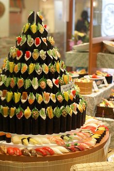 A veggie/sushi tower. Far too cool to be possible in my world, but I like the idea! And the little seaweed wrapped veggies forming a tower are definitely inspiring. Sushi Buffet, Sashimi, Sushi Cake, Sushi Party, Japanese Food Sushi, Japanese Wedding, Food Stations, Sushi Recipes, Le Diner