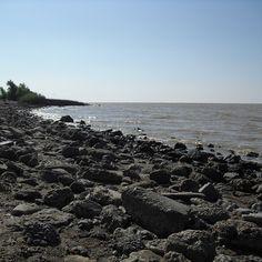 Andaría necesitando agua #water #rio #river #rivieres #silver #argent #RiodelaPlata #reservoir #shores #stone #outdoor #sunnyday #weekend #spring #printemps #BuenosAires #Argentina (en Reserva...